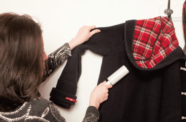 Женщина чистит пальто