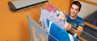 мужчина развешивает одежду на сушилке для белья