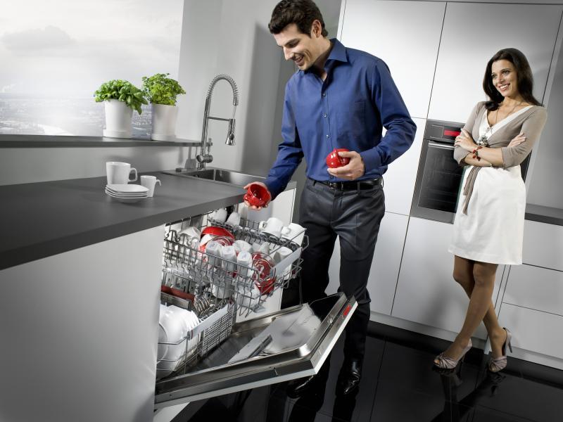 Встроенная посудомойка на современной лаконичной кухне