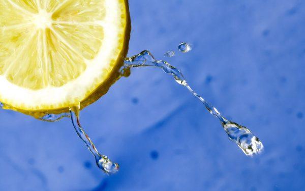 Лимон и капли воды