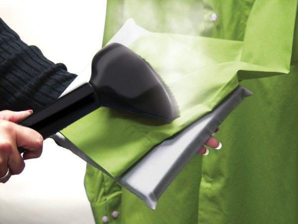 Отпаривание одежды при использовании специальных приспособлений