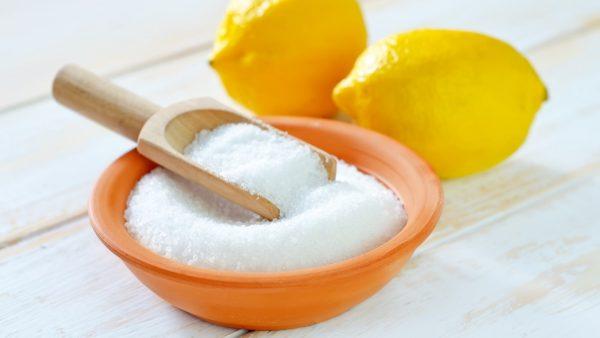 Порошок лимонной кислоты и лимоны