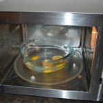 Вода с лимоном в микроволновке