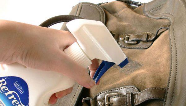 Обработка замшевой сумки пятновыводителем