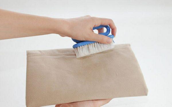 Чистка щёткой светлой замшевой сумки