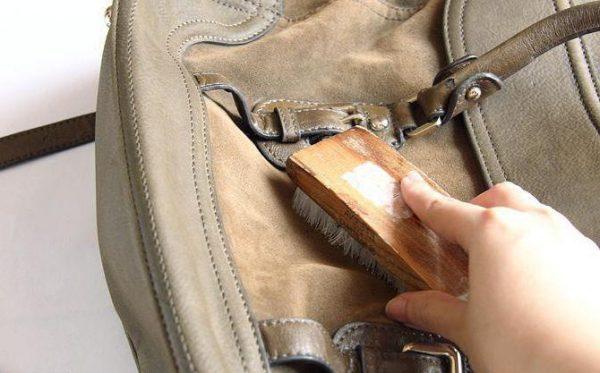 Чистка сумки из замши щёткой