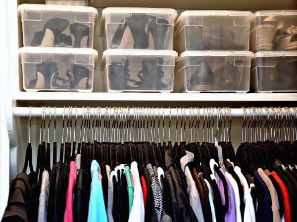 Пластиковые контейнеры с обувью в верхнем отделе шкафа