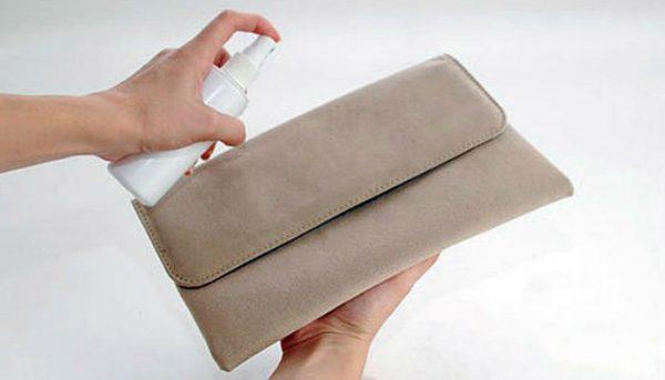 Распыление раствора перекиси водорода на загрязнённую замшевую сумку