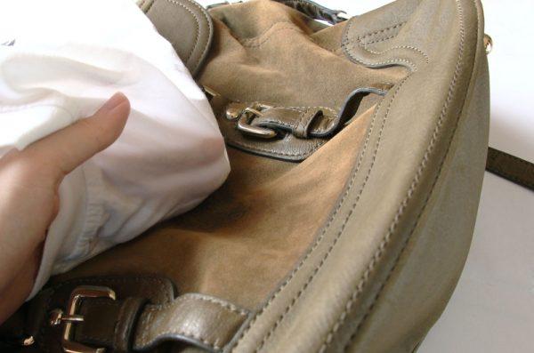 Устранение жидкого загрязнения с помощью салфетки