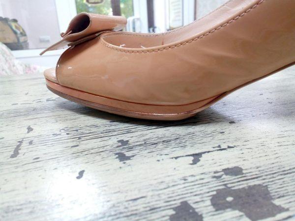 Светлая лаковая обувь после чистки молоком