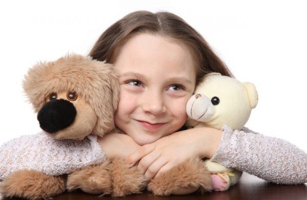 Девочка с двумя мягкими игрушками