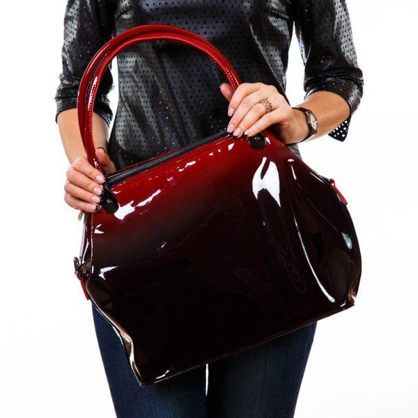Девушка с лакированной сумкой