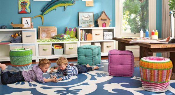 Двое мальчиков играют на полу в детской