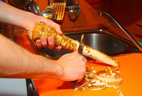 Очистка корня хрена ножом