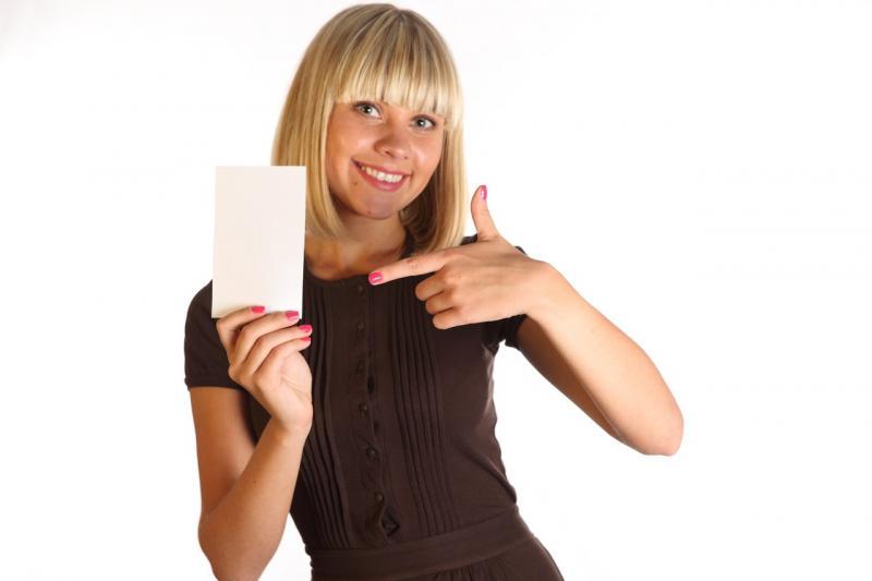 Девушка держит лист бумаги