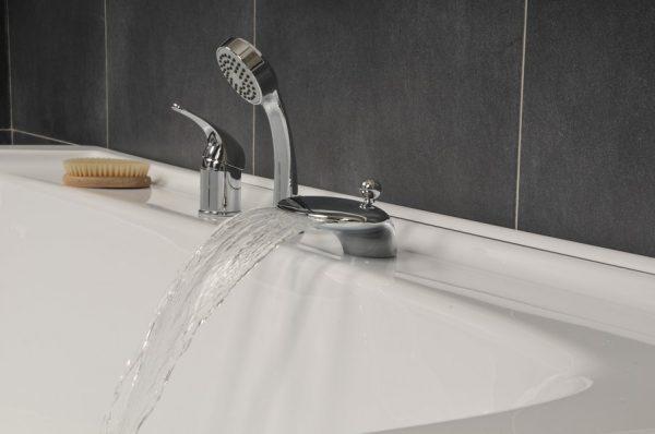 Включена вода в ванной
