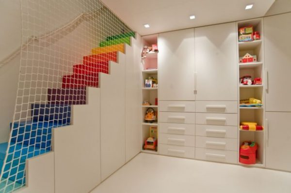 Встроенный шкаф с полочками