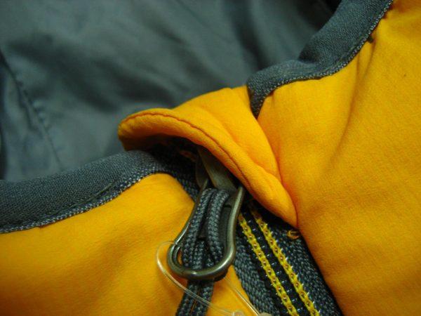Защитный клапан для подбородка на куртке