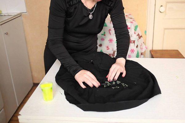 Женщина готовит рубашку к стирке