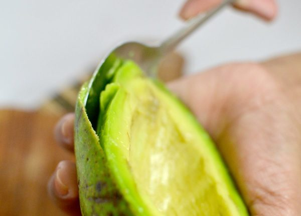 Очистка половинки авокадо ложкой