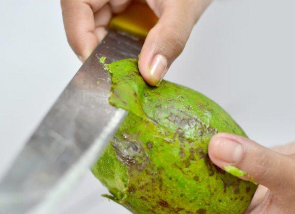 Очистка авокадо ножом