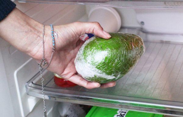 Авокадо помещают в холодильник