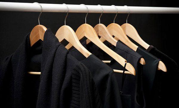 В шкафу висят чёрные вещи