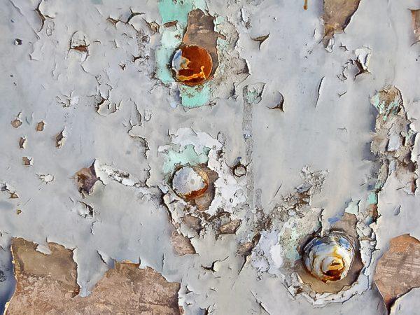 Старая краска на металлической поверхности
