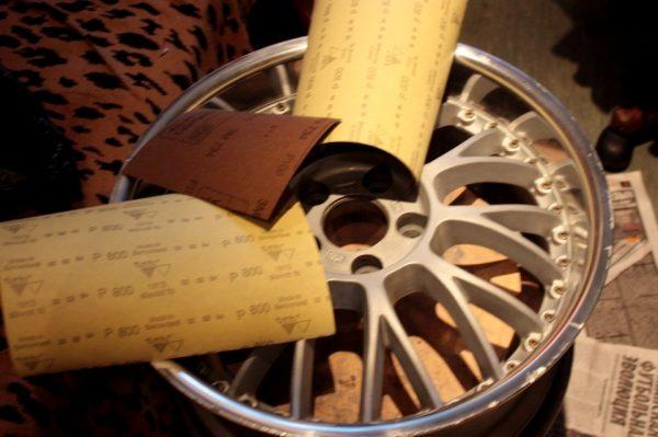 Зачистка диска наждачной бумагой