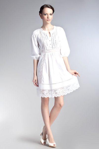 Девушка в белом хлопковом платье