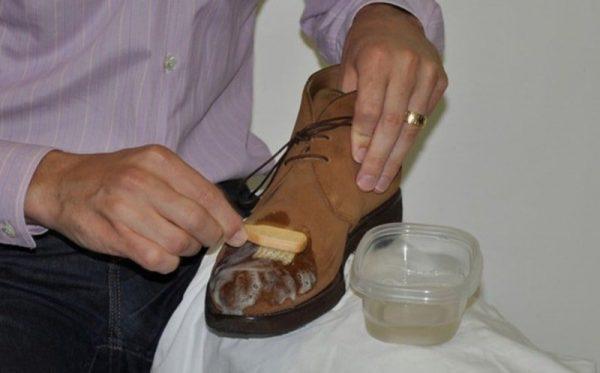 Применение мыльного раствора для очищения замшевых ботинок
