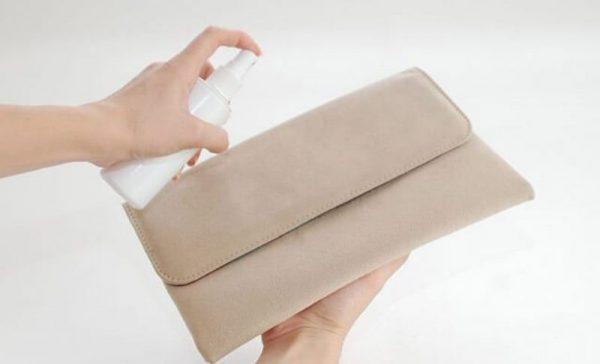 Обработка молочно-содовой смесью светлой замшевой сумки