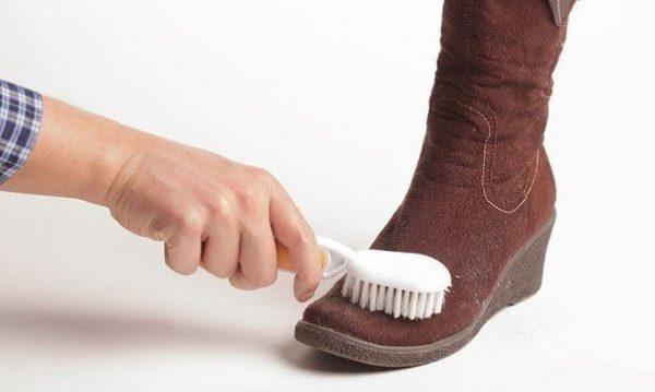 Чистка замшевой обуви при помощи кофейной гущи