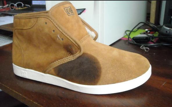 Жирное пятно на поверхности замшевых ботинок