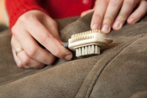Удаление зубного порошка из ворса замши