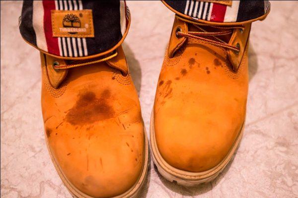 Пятна крови на замшевых ботинках
