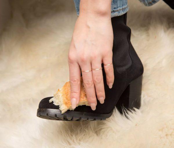 Чистка замшевой обуви хлебом