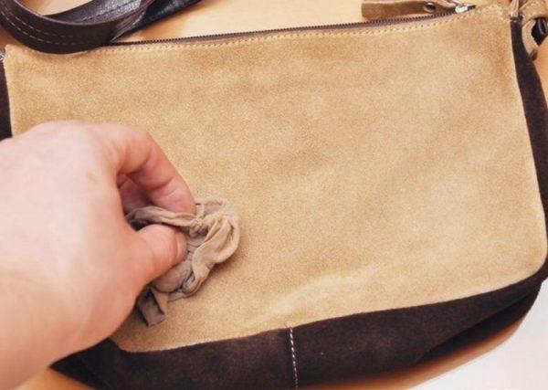 Выведение чернильного пятна на замшевой сумке перекисью водорода