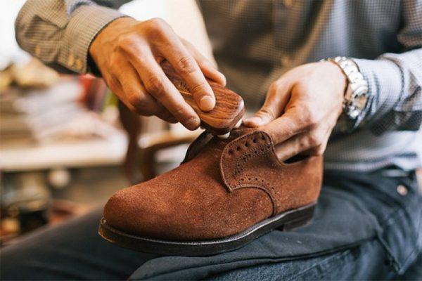 Чистка замшевых ботинок от грязи