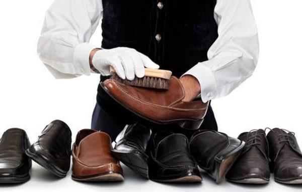 Чистят обувь щёткой
