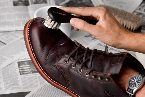 Покрывают обувь кремом