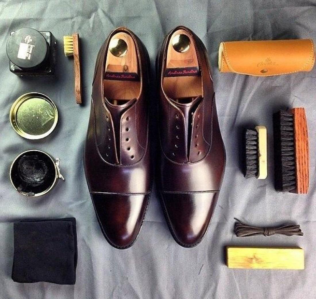 12dcf5655 Для полноценного ухода за кожаной обувью необходимо иметь комплект щёток  для чистки и полировки туфель, а также разнообразные крема и составы для  защиты ...