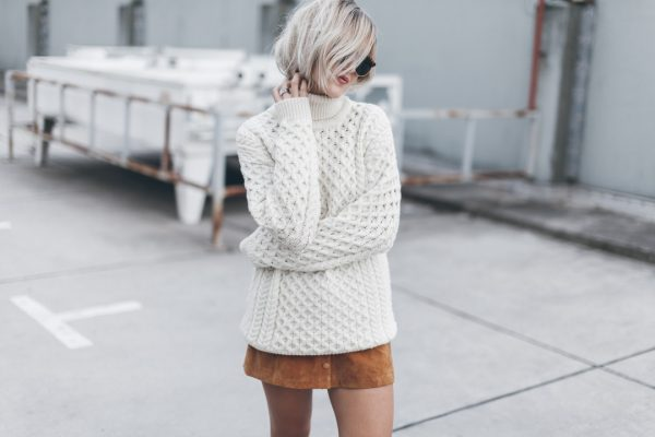 Девушка в шерстяном свитере