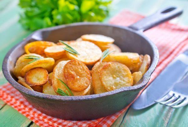 Чугунная сковородка с картошкой