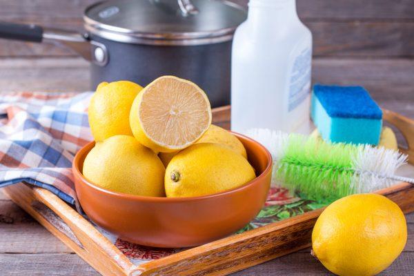 Лимоны, ёршик, губка и ковшик