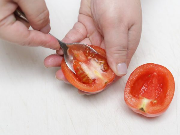 Удаление семян из помидора чайной ложкой