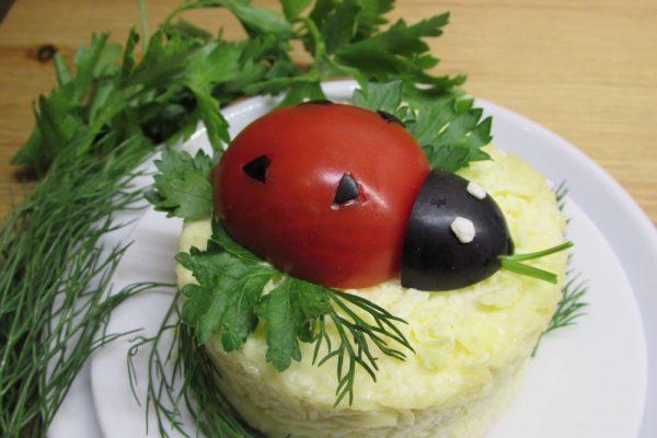 Божья коровка из помидора