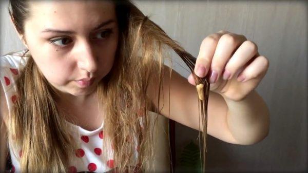Жвачка в волосах девочки