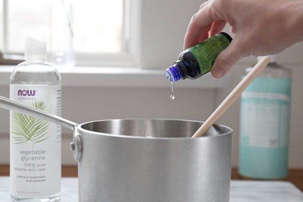 Добавляют эфирное масло в кастрюлю