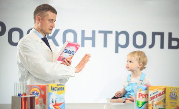 Представитель Росконтроля и малыш